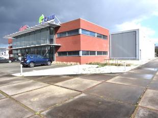 Zeer goed gelegen en mooi afgewerkt kantoorgebouw met een vlotte bereikbaarheid vlakbij de autosnelweg. <br /> Mogelijkheid om atelier/magazijn (deels