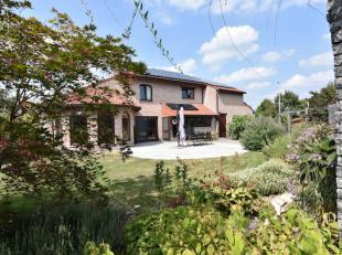 Perfect onderhouden ruime woning, residentieel en rustig gelegen op een mooi perceel van 8a64 omgeven door een prachtige volledig aangelegde tuin met