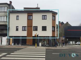 Deze bel-étage woning met 3 slaapkamers, gelegen in centrum Halle, werd in 2018 volledig en zeer grondig gerenoveerd. De woonst bestaat op de e