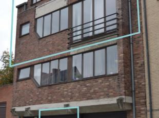 Ruim duplexappartement (110 m²) op de 2e verdieping, ideaal gelegen op 50m van het Ninia-shopping centrum. Dit kleinschalig gebouw bestaat uit tw