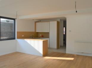 Dit nieuwbouwappartement van 85m² bevindt zich in de Residentie NEST nabij het station van Halle. Het appartement is gelegen op het gelijkvloers
