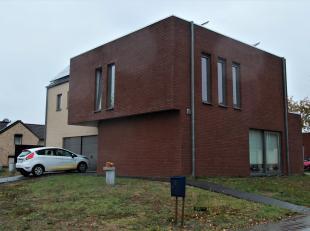 Moderne hedendaagse hoge rendementswoning in een halfopen bebouwing met 3 slpks en garage gelegen op een perceel van 400 m². Met de oprichting va