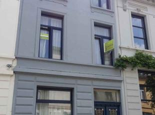 Deze knusse burgerwoning is gelegen in een rustige woonstraat en in de nabijheid van Berchem station. Openbaar vervoer is aanwezig in de onmiddellijke