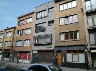 Appartement met 1 slaapkamer op het 1e verdiep aan de achterzijde van het gebouw. Inkomhal wat doorgang geeft tot keuken,badkamer en woonkamer. Badkam