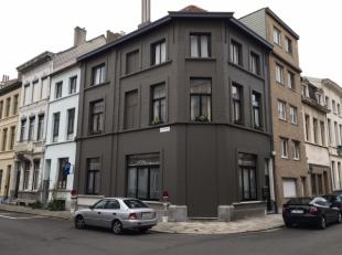 Authentiek appartementje in een klein gebouw in een rustige straat van een uitstekende buurt.<br /> Het appartement is samengesteld uit een woonkamer,