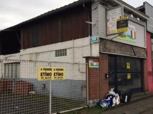 Opbrengsteigendom bestaande uit 8 garages (elk 16 m2) + magazijn (65 m2) met zolderruimte + handelspand (80 m2) - parking 106 m2<br /> Tot. opp. 411 m