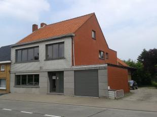 Centraal gelegen gelijkvloersappartement bestaande uit inkomhal, ruime living, keuken met kastjes, vuur, oven en dampkap, nachthal, berging, 2 slaapka