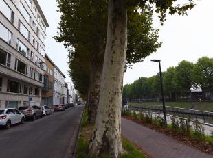 Dit gezellig en lichtrijk appartement is gelegen op een toplocatie in Gent: de Coupure. Vanuit het appartement, dat zich bevindt op het derde verdiep,