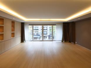 Dit prachtig appartement, met een bewoonbare oppervlakte van 107 m2, is gelegen op de Lippenslaan te Knokke. Bij het betreden ervaart u onmiddellijk h