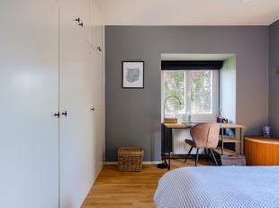 Dit recent gerenoveerd appartement bevindt zich op de derde verdieping van de karaktervolle residentie 'Longchamp'. Kenmerkend voor de locatie is de v
