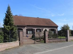 Klassieke bungalow villa met grote tuin, buitenhuis en vijver, opgericht in 1988 met goede traditionele materialen. Deze woning omvat op het gelijkvlo