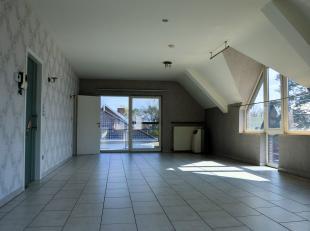 Dit stijlvol appartement van maar liefst 144m² is gelegen op de 2de verdieping van residentie Stalenheide. De indeling is als volgt: inkomhal met