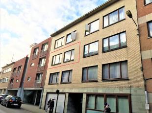 Volledig te renoveren appartement in het centrum van Tervuren, bestaande uit een inkomhal, keuken met toegang tot zuid gericht terras (2m²), livi
