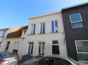 Kijk en koopdag zaterdag 27 oktober van 14 tot 16u. Deze nette en instapklare gezinswoning werd met zorg gerenoveerd. Centraal gelegen in Brugge op wa
