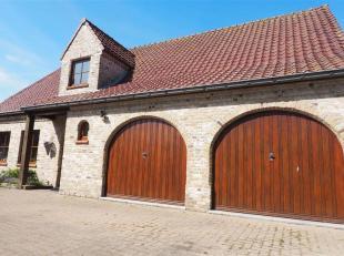 Ruime alleenstaande woning met fraaie tuin. Ruime garage met plaats voor 2 voertuigen, grote keuken, aparte bergplaats en wasplaats, zeker een bezoek