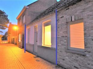 Deze woning is zeer centraal, toch uiterst rustig gelegen in doodlopende straat en is ingedeeld als volgt;<br /> Gelijkvloers: woonkamer met zithoek,