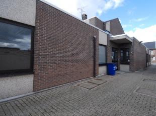 Deze handelsruimte is gelegen achter het kantoor van Bpost in Hoeselt. <br /> <br /> We komen binnen in de grote open ruimte van 326m². Er is een