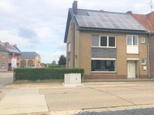 Deze ruime gezinswoning is gelegen in een zeer aangename buurt te Uikhoven/Maasmechelen ! <br /> <br /> Op het gelijkvloers vinden we de ruime inkomha