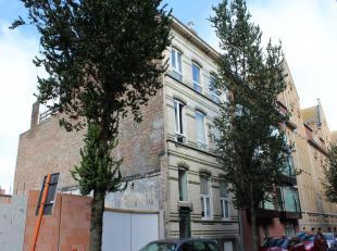 Ruim appartement met groot terras. Appartement van 135 m², terras van 12 m². Gelegen pal in het centrum, op 30 m van de visserskaai, 200 m v