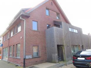 Momenteel is deze goed gelegen woning ingedeeld als handelsruimte/kantoorruimte + studio, maar het kan ook perfect als woonst alleen dienen.<br /> Op