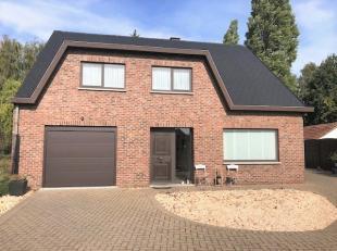 Deze knusse gezinswoning is landelijk gelegen en toch op een steenworp van het centrum van Zonhoven en Hasselt. <br /> Indeling: via de inkomhal heeft