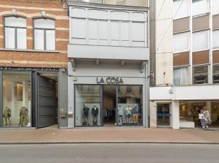 Handelspand in de gekende straat van Hasselt met de ruimste keuze aan luxe-artikelen. Instapklaar gelijkvloers van +/-144m². Volledig ingericht.