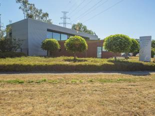 """KMO-gebouw van +/-530m², momenteel in gebruik als kantoren. Gelegen op een perceel van 13a 34ca. De """"Rechteroever"""" van industrieterrein Genk-Zuid"""