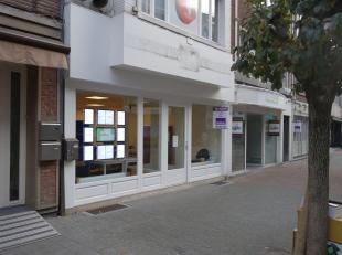 Commercieel goed gelegen handelshuis van +/- 235m², aan het begin van de drukke winkel- wandelstraat. Verschillende gekende winkels zoals Zeeman,