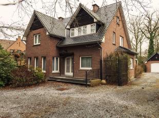 Villa op 18a 99ca grond rustig gelegen in residentiële buurt, vlakbij het ZOL. De grond heeft een breedte aan de straat van 24m. De woning omvat