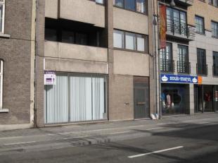 Kantoren- of commercieel gelijkvloers (197m²) met parking voor 2à3 wagens, in standingvol gebouw, gelegen langs de Groene Boulevard en met