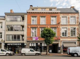 Statig herenhuis, geklasseerd als De Gulden Put, thans op het gelijkvloers vooraan verhuurd als traiteurszaak (60 m²) en met achteraan een leegst