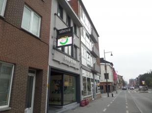 Kantoren, centraal gelegen op een invalsweg van Hasselt, tussen de kleine- en grote ring, vlakbij de op- en afrit nr. 27 van de E 313 (Antwerpen-Luik)