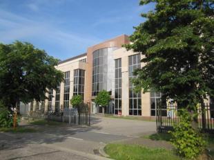 Standingvol kantorengebouw op topligging aan de binnenzijde van de Hasseltse Grote Ring, nabij autosnelweg Luik, Brussel en Antwerpen. Bushalte aan de