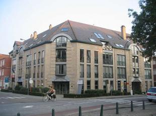 HASSELT-CENTRUM : Modern appartementsgebouw volledig onderkelderd, met voortuin en ruime parking aan de achterzijde. Het pand is gelegen in Hasselt op
