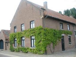 De studio is gelegen in een rustige en landelijke omgeving op slechts 2 Km van de binnenstad van Hasselt. Voor de deur is een ruime autoparking. Teven