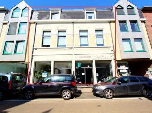 Zeer verzorgd opbrensteigendom bestaande uit 2 winkels ( al geruime tijd verhuurd aan dezelfde huurders ) en een luxueus en ruim app van 200m² (