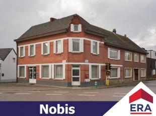 Zeer ruim handelspand met bovenliggende woonst in het centrum van Sint-Lambrechts-Herk.Deze eigendom heeft een bewoonbare oppervlakte van ruim 256m&su
