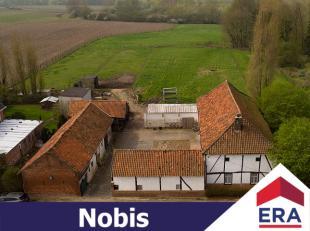 Op de grens van Limburg en Vlaams-Brabant ligt dit charmant eigendom, een grondig te renoveren vierkantshoeve omgeven door weilanden met een totale op