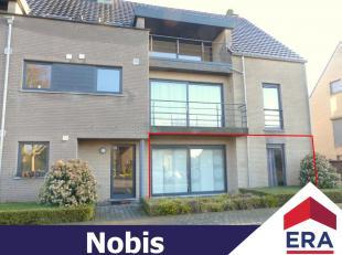 Ruim gelijkvloers appartement met 2 slaapkamers, een groot terras en garagebox in het centrum van Meldert (Lummen).Dit appartement heeft een bewoonb.
