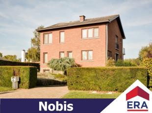 Deze zeer ruime woning met 4 slaapkamers (mogelijkheid tot 6) ligt in een rustige, residentiële villawijk op een perceel van 8a 81ca. Ze heeft ee