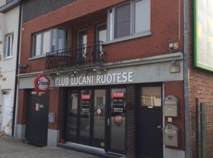 Mooi café over te nemen in de Vennestraat te Genk. <br /> - Parkeerplaatsen in de onmiddellijke omgeving <br /> - Onmiddellijk beschikbaar <br
