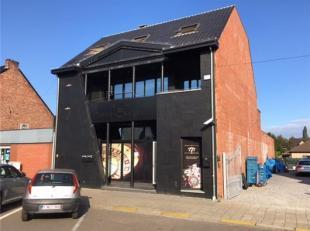 Handelsgelijkvloers (+/-350m²) en kelder, gelegen in Genk in een drukke straat. Parkeerplaatsen voor de deur. Onmiddellijk beschikbaar. Onroerend