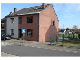 Dit praktische duplex-appartement is gelegen aan de Kerkstraat in het gezellig dorpje Gellik. Men woont hier in een rustige en kindvriendelijke woonom