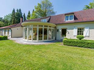 Deze prachtige landelijke villa is gelegen in de rustige woonomgeving van Bokrijk. <br /> Het perceel van wel liefst 1 hectare is omgeven door mooie n