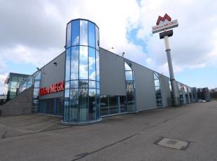 Deze grote handelsruimte, gelegen in Maasmechelen, bevindt zich in de onmiddellijke nabijheid van de autosnelweg E314. Dit zorgt ervoor dat het pand z
