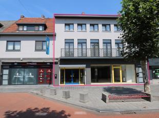 Gelegen aan de Pauwengraaf, in het commerciële centrum van Maasmechelen kan u dit ruime handelspand met bovenliggend appartement terugvinden.<br