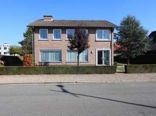 Deze woning is centraal gelegen aan de Deken Bernardstraat in het centrum van Maasmechelen. Het betreft een vrijstaande woonst gelegen op een perceel