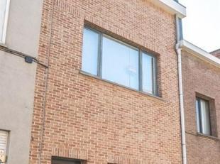 Deze woning is gelegen in een rustige straat vlakbij het ziekenhuis; tram & bus; scholen in directe omgeving; parken; ,....<br /> Deze woning best