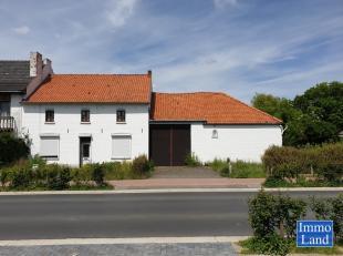 Volledig te renoveren woning in fermette-stijl met binnenkoer en stallen, met de mogelijkheid tot aankoop achterliggende grond van 3,5 hectare, aanpal