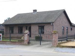 Ruim, goed onderhouden, gelijkvloers landhuis (1983) met drie slaapkamers en een prachtige veranda op een perceel van 14a 02ca te Lummen.<br /> <br />